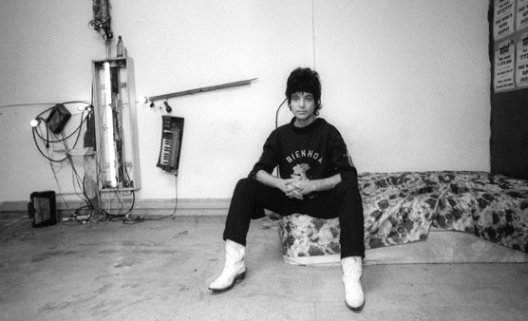 Alan Vega dans son loft de Fulton Street, New York, 1981. Photo : Ari Marcopoulos © 2012.