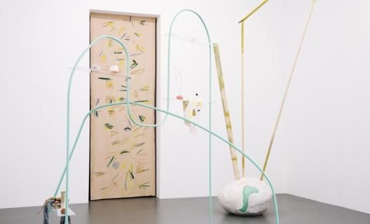 """Félicia Atkinson, vue de l'exposition """"Spoken Word (une chanson parlée)"""", La Criée centre d'art contemporain, Rennes, 2017 - photo : Benoît Mauras"""