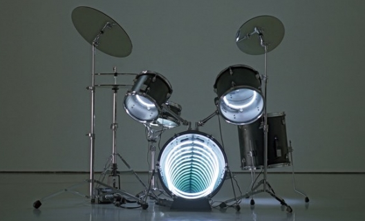 Drums, 2009  Neon lighting, plywood, metal, mirror, electric energy  122 x 160 x 122 cm  48 x 63 x 48 in.