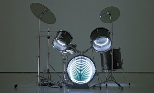 Drums, 2009  Neon lighting, plywood, metal, mirror, electric energy  122 x 160 x 122 cm  48 x 63 x 48 in.